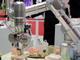 カステラなど柔らかいモノもつかむ、アズビルがスマートロボットを開発