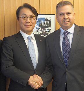サトー 社長兼CEOの松山一雄氏(左)とJDA CEOのギリッシュ・リッシ氏(右)