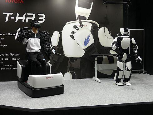 右側がヒューマノイドロボット「T-HR3」で、左側がマスター操縦システム