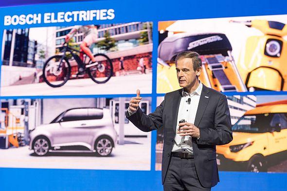 「Bosch ConnectedWorld 2018」で講演するボッシュのフォルクマル・デナー氏