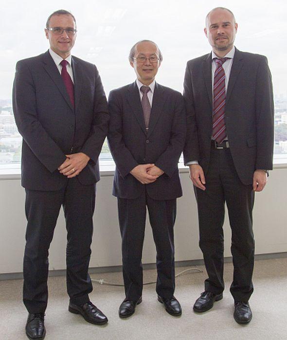 左から、フラウンホーファー研究機構 IESEのマーティン・ベッカー博士、IPA/SEC所長の松本隆明氏、イェンス・ハイドリッヒ博士