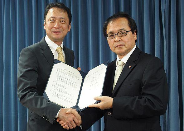 覚書を締結したソフトバンクの宮川潤一氏(左)とNIMSの橋本和仁氏(右)