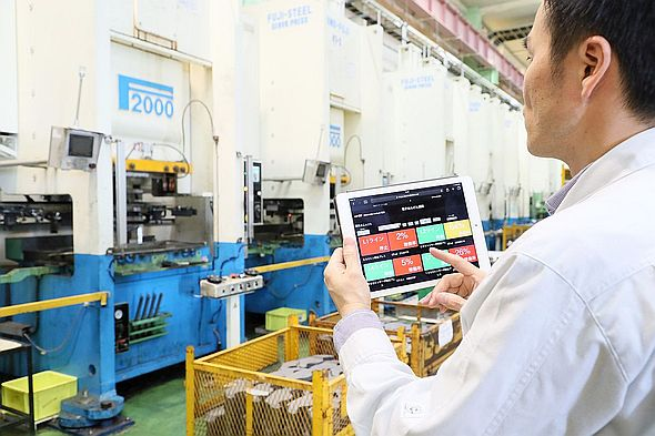 「IoT GO」によって得た情報を基にした電子アンドン画面をタブレット端末に表示している