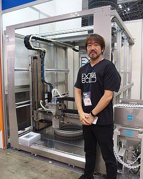 EXTRABOLDの超大型3Dプリンタの試作初号機と同社代表取締役の原雄司氏