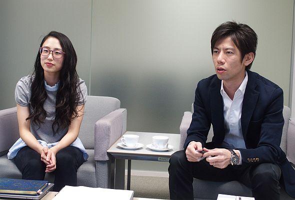 JT たばこ事業本部 課長代理の堀井彩氏(左)と岩崎譲二氏(右)