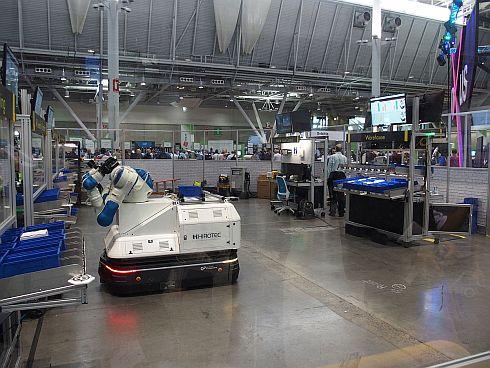 5つの製造ステーションのバックヤードで働いている双腕ロボット搭載AGV