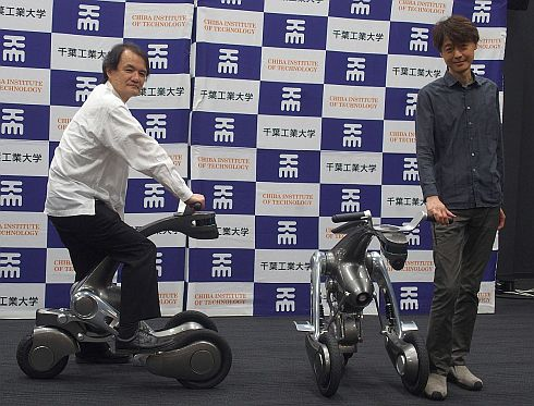 搭乗型知能ロボット「CanguRo」と山中氏、古田氏