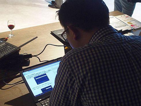 会場で公開された「E資格」の例題に見入る参加者