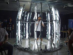 入場時に内山氏の全身3Dスキャンを実施