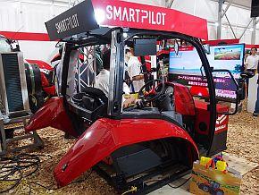 「第34回国際農機展」で展示した「SMARTPILOTシリーズ」を体験できるコックピット