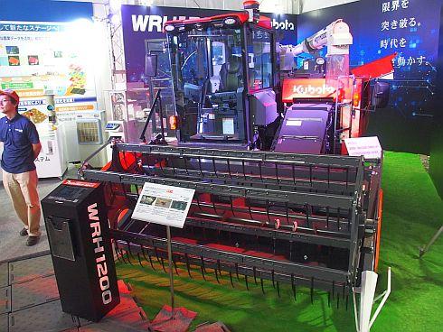 クボタが展示した自動運転作業が可能なコンバイン「アグリロボコンバイン」