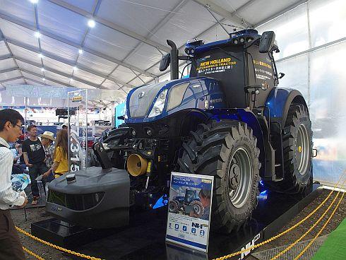 日本ニューホランドが展示した300馬力クラスの自動運転トラクター