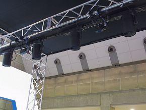 「スペースプレーヤー」の間にあるカメラとTOFセンサーで荷物への投影を追従する