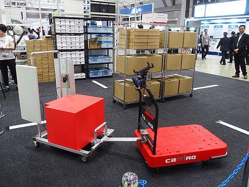 「CarriRo」でけん引するRFIDリーダー搭載カートを用いた無人棚卸作業のデモ