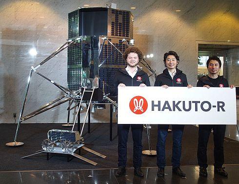 ispaceの経営陣と「HAKUTO-R」で用いるランダーとローバーのモックアップ