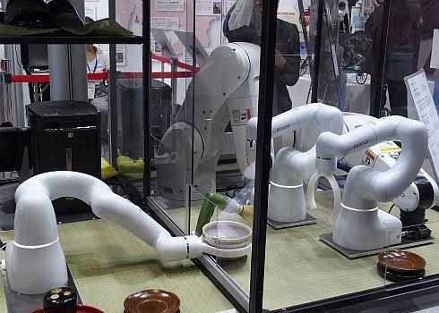 愛知県ブースでは3台の「COBOTTA」と2台の産業用ロボットが連携して抹茶を提供