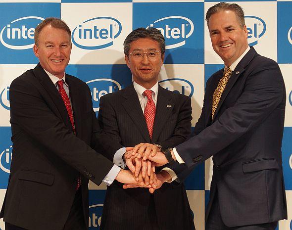 左から、インテル米国法人のシャノン・ポーリン氏、インテル日本法人の新社長に就任する鈴木国正氏、暫定的に社長を務めてきたスコット・オーバーソン氏