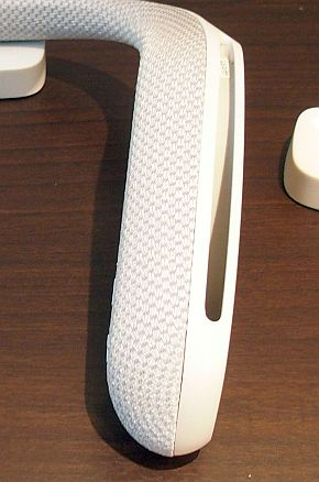 ユニット先端のスピーカーから長いスリットを使って音を広げる