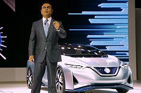 「東京モーターショー2015」で自動運転技術のコンセプトEV「Nissan IDS Concept」を発表するカルロス・ゴーン氏