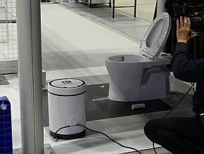 トイレ清掃タスクでは、ごみや模擬尿の汚れをきれいに