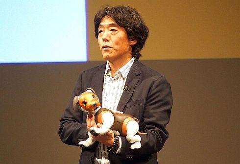 「aibo チョコ エディション」を抱きかかえるソニーの川西泉氏