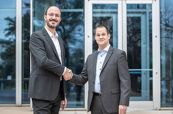 NIのLeandro Fonseca氏(左)とイータスのHans-Peter Duerr氏(右)