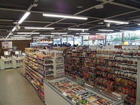 店舗内の天井には多数のカメラやセンサーが設置されている