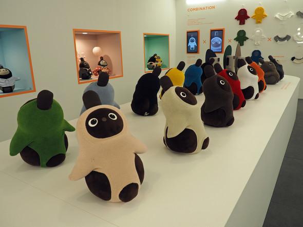 「LOVOT MUSEUM」に展示されているカラフルなウェアをまとった「LOVOT」のぬいぐるみ。クリっとした目がかわいい