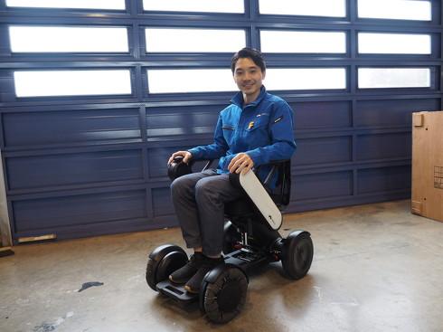 「WHILL Model C」に乗るWHILL 車両開発部 部長の平田泰大氏