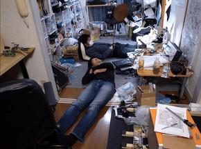 2012年当時、拠点は町田にあるアパートの一室だった。床で仮眠することもしばしば