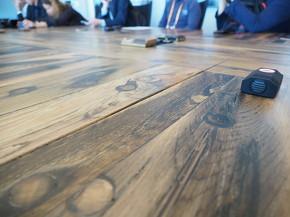 難破船の木材で作ったテーブルの表面