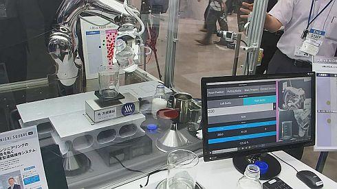 液体を秤量できるAIを搭載した産業用ロボット