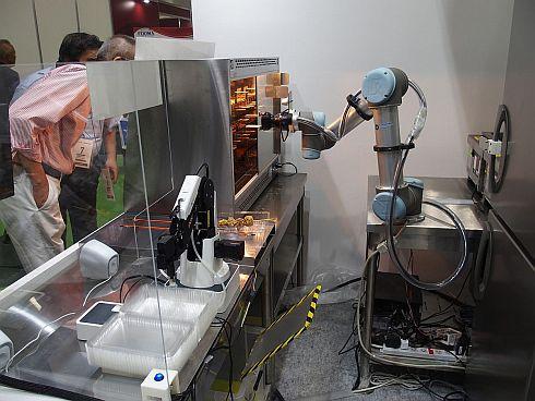 協働ロボットが棚から商品をピックアップする様子