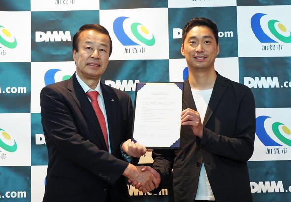 写真左から石川県加賀市 市長の宮元陸氏、DMM.com 最高執行責任者 村中悠介氏