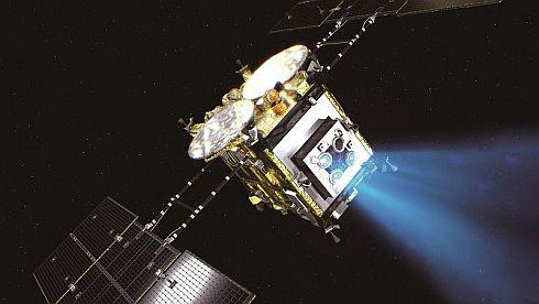 イオンエンジンを運転して小惑星に向かうはやぶさ2のイメージCG