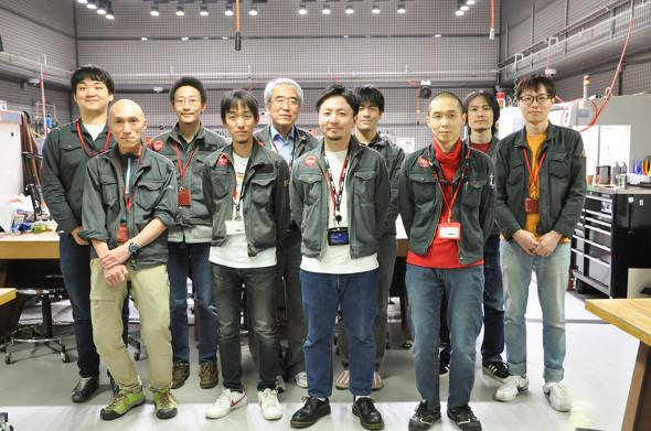 DMM.make AKIBAのテックスタッフ陣。リーダーの山口潤氏(前列右から2番目)、村田至氏(後列右から2番目)に話を伺った(写真提供:DMM.make AKIBA)