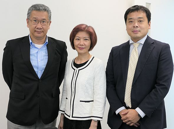 左から、Kiwitec日本法人 社長のピーター・リン氏、Kiwitec 会長のジュディ・リー氏、IIJの齋藤透氏