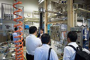低温液化室の見学会