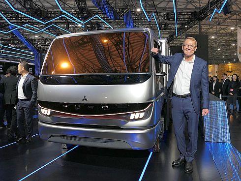 「Vision F-CELL」と三菱ふそうトラック・バスのハートムット・シック氏