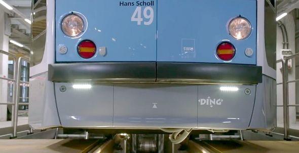 車両のバンパー部品。3Dプリンタ向けに再設計を行い、「Stratasys F900」で出力できるよう3パーツで構成している