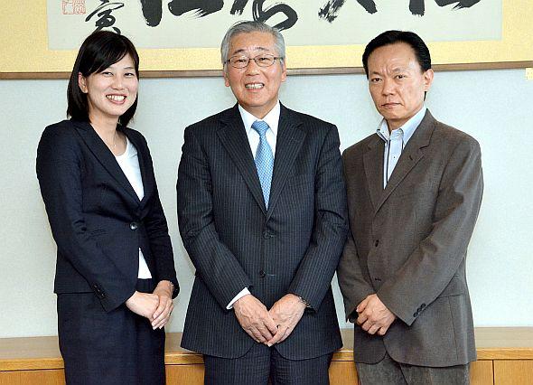 左から、帝人の阿磨氏、北野病院の吉村氏、帝人の網野氏