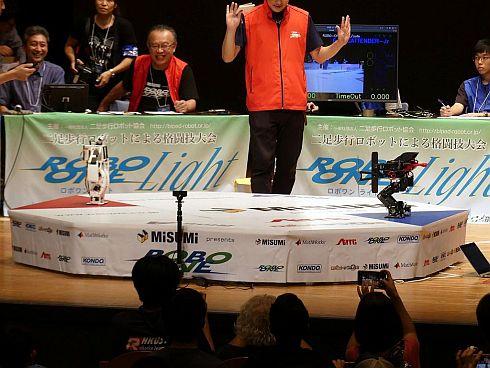 第5回ROBO-ONE autoの決勝戦は、白いロボットと黒いロボットの対戦に