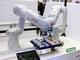 人が邪魔しても避けて作業するロボットシステム、三菱電機が披露