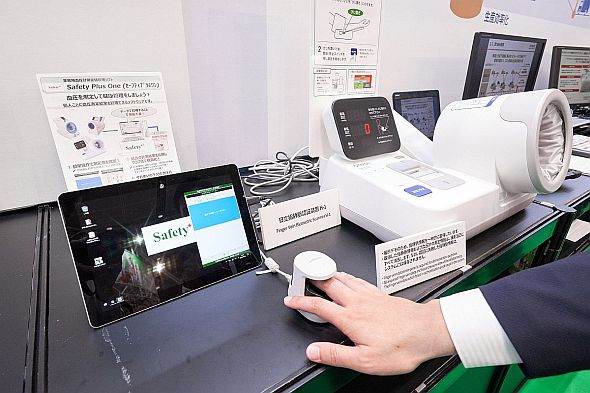 指静脈認証で個人認証を行った後、血圧測定を行い、自動で測定結果を登録する