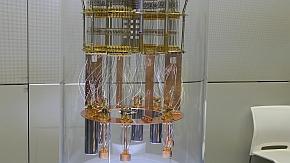 動作検証中の4量子ビットのモックアップ