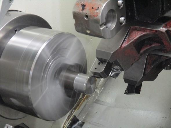 図6 複合旋盤の第1工程で外径を削っている様子(2)