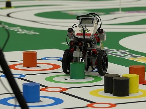 自律ロボットがブロックを運んでビンゴに挑戦