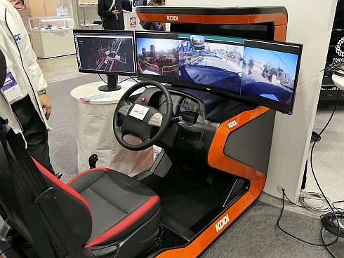 KDDIが披露した遠隔監視型自動運転用の操作卓