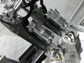 試作機は、電動モーターを油圧アクチュエーターに置き換えている