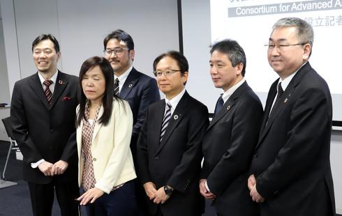 IBM フェロー 浅川智恵子氏(画像左手前)を発起人として、日本IBMなど5社がAIスーツケースの開発に共同で取り組む[クリックして拡大]